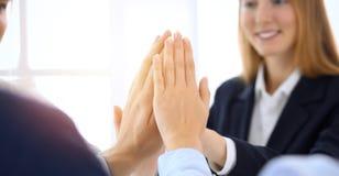 商人愉快的显示的配合和给五显示的团结和合作 成功和友谊概念 免版税库存照片