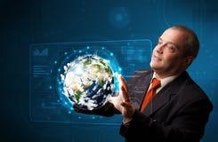 商人感人的高科技3d地球盘区 免版税图库摄影