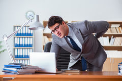 商人感觉痛苦在办公室 库存图片