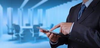 商人成功与他的证券交易经纪人行情室一起使用 免版税库存图片