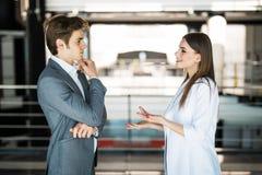 商人成功的小组 两个商人休息和谈话在办公室 男人和妇女busin的informan会议 库存照片