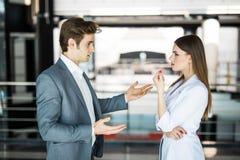 商人成功的小组 两个商人休息和谈话在办公室 男人和妇女busin的informan会议 库存图片