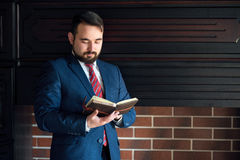 商人或作家,做在他的日志笔记本的笔记 免版税库存图片