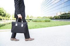 商人或工作者衣服的在办公楼附近 免版税库存图片