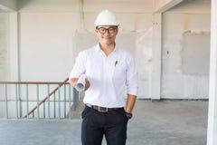 商人或建筑师工程师在白色衬衣的穿戴安全帽ho 免版税库存图片