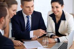 商人或律师在会议上在办公室 集中于指向入膝上型计算机的一个人 免版税库存照片