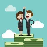 商人或经理和女实业家在一堆大金钱站立 小组工作 库存图片