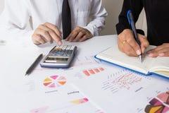 商人或CEO检查严重分析一个财政报告和会议队礼物项目 职业投资者工作 库存照片