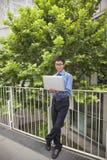 商人户外与他的膝上型计算机一起使用 免版税库存照片
