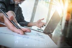 商人手与新的现代计算机一起使用 库存照片