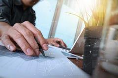 商人手与新的现代计算机和事务s一起使用 库存图片