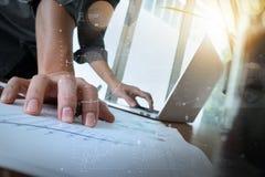 商人手与新的现代计算机和事务s一起使用 免版税库存照片