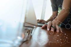 商人手与新的现代计算机和事务s一起使用 库存照片