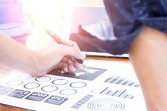 商人手与新的现代计算机和事务s一起使用 免版税库存图片