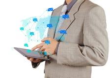 商人手与送电子邮件的片剂计算机一起使用 免版税库存图片
