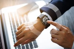 商人手感人的巧妙的手表 使用指南针app 免版税库存图片