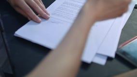 商人手签署的合作协议在交涉桌上 股票录像