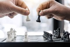 商人打下棋比赛的` s手对发展分析ne 免版税库存图片