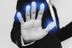 商人扫描为在屏幕上的生物公尺身分认同采指纹 网络保安系统概念 免版税库存照片