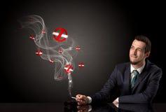 商人抽烟 免版税库存图片