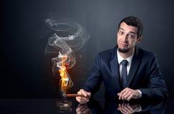 商人抽烟 免版税图库摄影