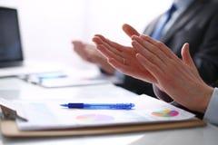 商人拍手,坐书桌 企业例证JPG人向量 库存图片