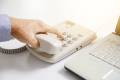 商人拨号盘数字电话有办公室背景 库存图片