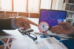 商人指向时间领导财务成果 库存图片
