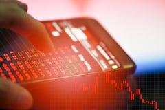 商人换网上外汇或证券交易市场的用途智能手机 库存图片