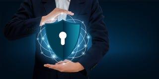 商人握手保护在网际空间的信息 拿着盾的商人保护象保护网络安全 免版税库存图片