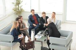 商人握手在一个合作会议上在办公室 免版税库存图片
