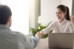 商人握手在办公室,招呼伙伴,工作我 免版税库存照片
