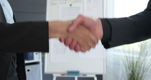 商人握手在办公室 股票录像