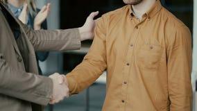 商人握手 拍手在背景的人 队祝贺与合同的结论 股票视频