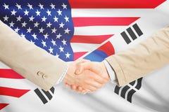 商人握手-美国和韩国 免版税库存照片