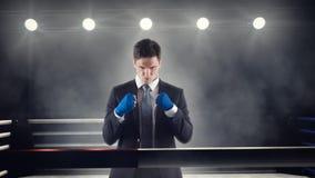 商人握紧在拳击台的被包裹的拳头 免版税图库摄影