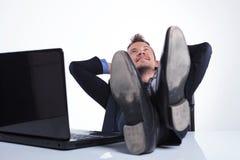 商人放松在膝上型计算机 库存图片