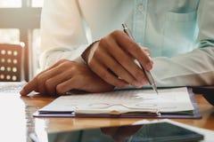 商人文字或指向在报告纸 免版税库存照片
