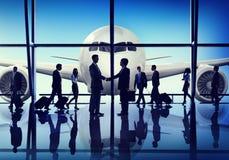 商人旅行握手机场概念 免版税图库摄影