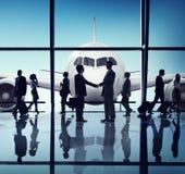 商人旅行握手机场概念 免版税库存照片