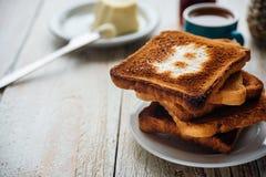 商人早餐用咖啡和多士 免版税库存图片
