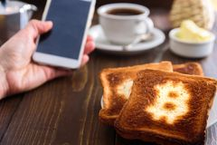 商人早餐用咖啡和电话 免版税库存照片
