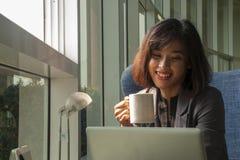 商人是微笑和喝咖啡 库存照片