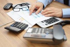商人是评估报告 免版税库存照片