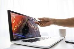 商人显示在膝上型计算机的屏幕成长图表  库存图片