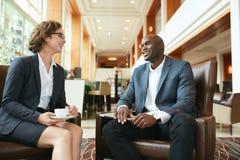 商人有一次偶然谈话在会议期间在旅馆高吊球 免版税库存照片