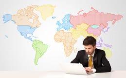 商人有五颜六色的世界地图背景 库存图片