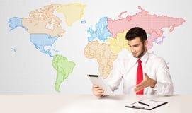 商人有五颜六色的世界地图背景 免版税图库摄影