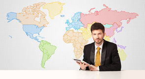 商人有五颜六色的世界地图背景 免版税库存图片