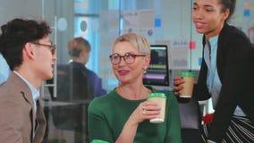 商人有交谈在咖啡休息期间 股票录像